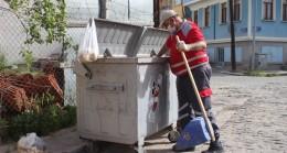 59 yaşındaki temizlik işçisi çöpteki ekmekleri hayvanlar için topluyor