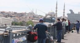 Galata köprüsü üzerinde balıkçılar uyarıyı dinleyip, kurala uydu