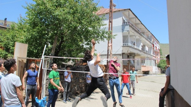 İnşaat ipiyle voleybol oynayan çocuklara jest