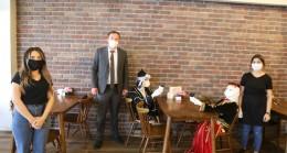 Karadenizli kafe işletmecisinden mankenli ilginç sosyal mesafe önlemi