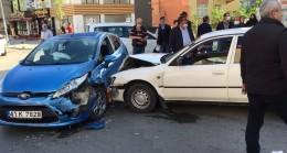 (Özel) İki otomobil birbirine girdi, kazaya karışan sürücü olay yerinden kaçtı