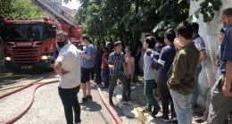 Vatandaşlar maskesiz, sosyal mesafesiz bir şekilde yangını izledi