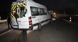 Taziyeye gidenleri taşıyan minibüs Bolu TEM Otoyolu'nda devrildi: 12 yaralı
