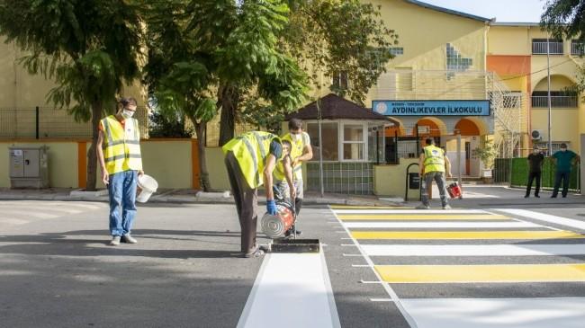 Büyükşehir Belediyesi yaya çizgilerini yeniliyor, okul önlerine uyarı levhaları yerleştiriyor