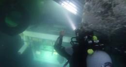 Su altında kalan güverteden oksijen tüplü nefes kesen kurtarma