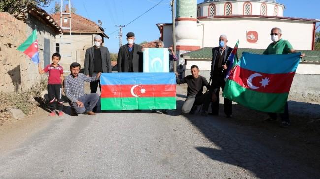 Azerbaycan'ın zaferi sonrası köylerini bayraklarla donattılar