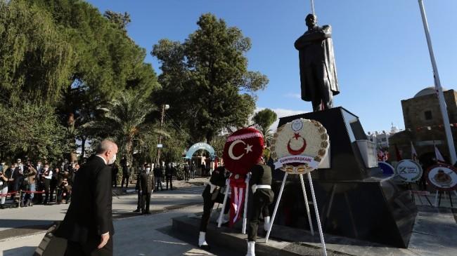 Cumhurbaşkanı Erdoğan KKTC'de Atatürk Anıtı'na çelenk bıraktı