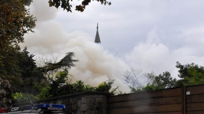 Tarihi Vaniköy Camii'nde çıkan yangın söndürüldü