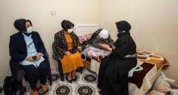 Vali Bilmez'in eşinden 122 yaşındaki nineye ziyaret