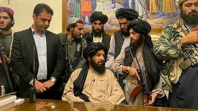 Taliban, insan kaçırma suçlamasıyla öldürülen 4 kişinin cansız bedenini meydanda astı!