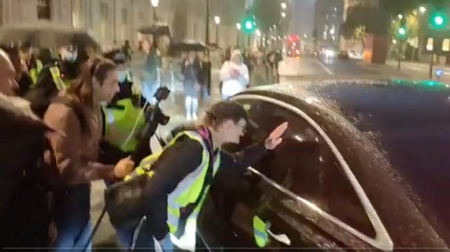 LONDRA BAŞBAKANLIĞI ÖNÜNDE TOPLANAN PROTESTOCULAR BİLL GATES'İN TUTUKLANMASINI İSTİYOR