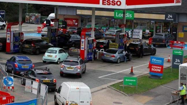İngiltere'de akaryakıt istasyonları depolarında doluluk oranı yüzde 45'e yükseldi