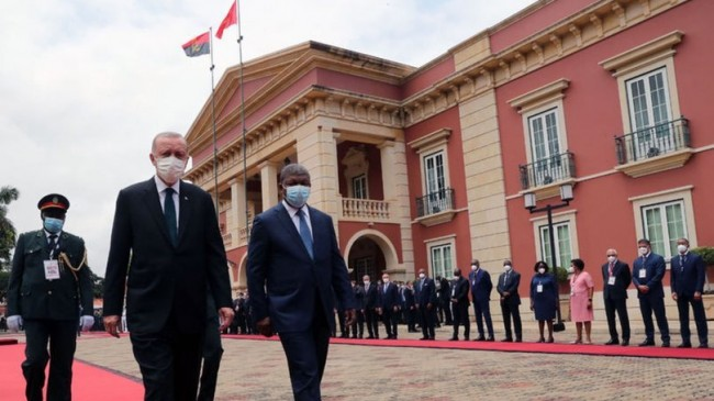 Cumhurbaşkanı Erdoğan, Angola'nın ilk Devlet Başkanı Antonio Agostinho Neto'nun anıt mezarını ziyaret etti